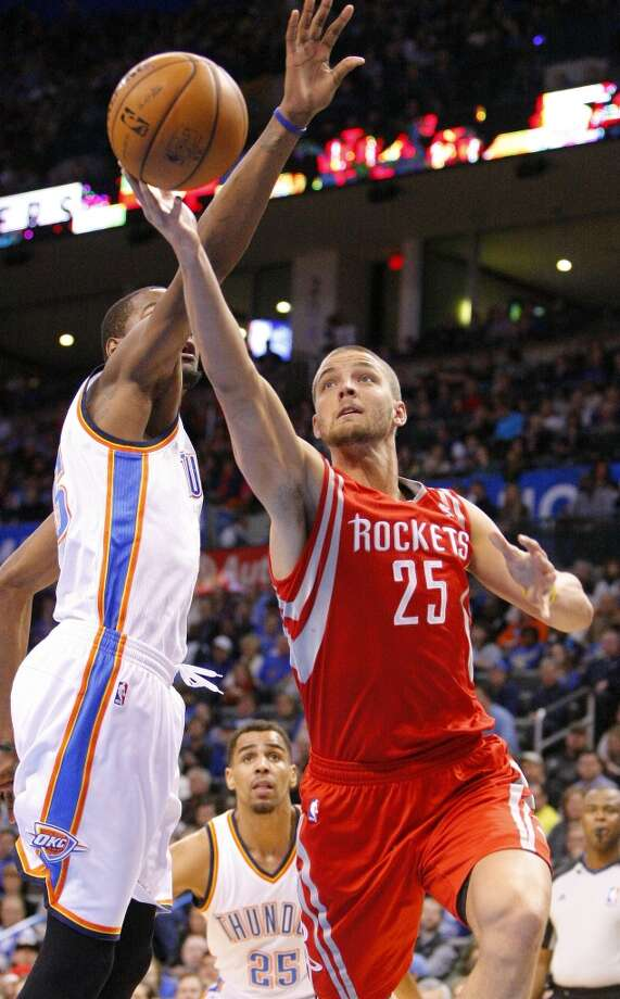Rockets forward Chandler Parsons (25) drives to the basket around Thunder forward Kevin Durant. Photo: Alonzo Adams, Associated Press