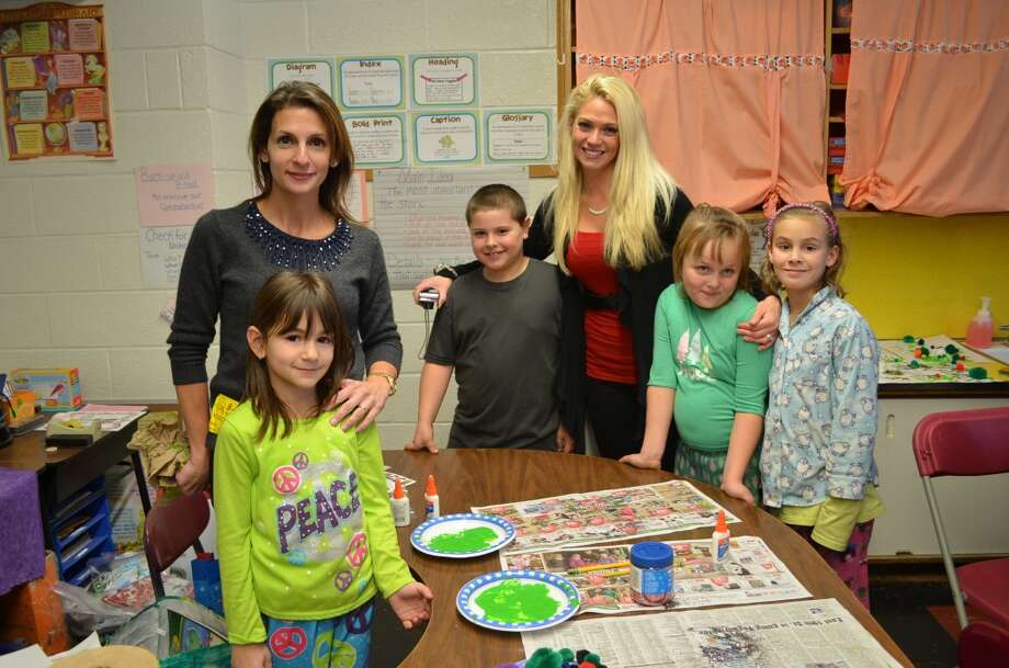 Parents like Anna Lefkaditis visited Heather Casullo's second grade class to do holiday crafts with students. Photo: Ashley Bellinger