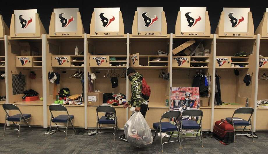 Texans running back Dennis Johnson gets ready to walk out of the locker room with a bag full of his belongings as he and the other Texans players clean out their lockers. Photo: Karen Warren, Houston Chronicle