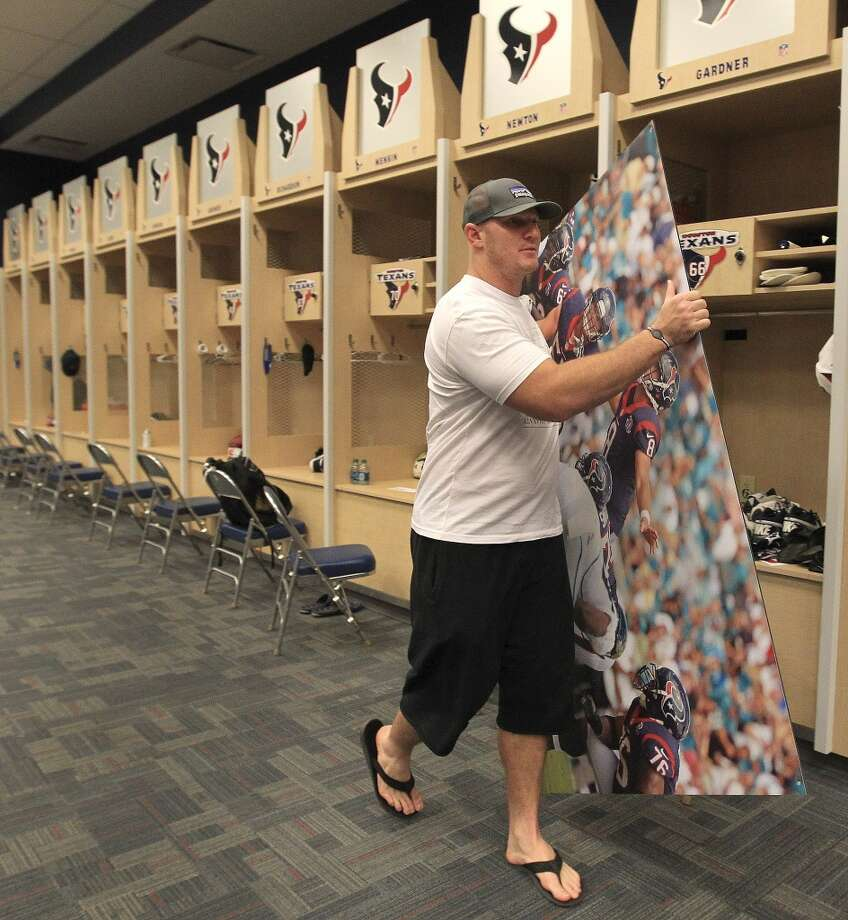 Texans offensive lineman Chris Meyers. gets ready to walk out of the locker room with a bag full of his belongings as he and the other Texans players clean out their lockers. Photo: Karen Warren, Houston Chronicle