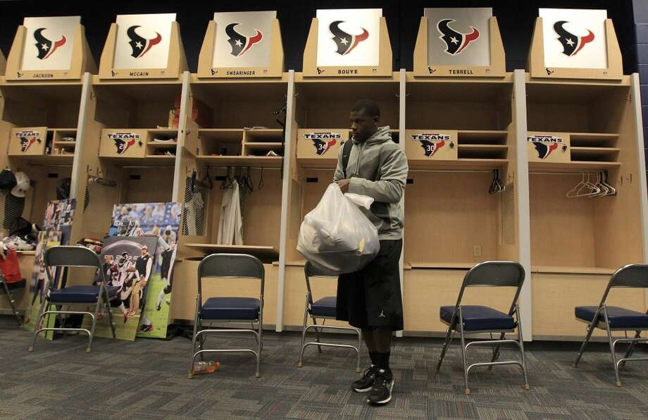 Texans Steven Terrell walks out of the locker room with a bag full of his belongings as he and the other Texans players clean out their lockers after their 2-14 season. Photo: Karen Warren, Houston Chronicle