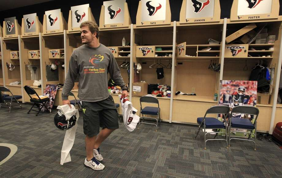 Texans tight end Phillip Supernaw gathers up his belongings as he and the other Texans players clean out their lockers after their 2-14 season. Photo: Karen Warren, Houston Chronicle