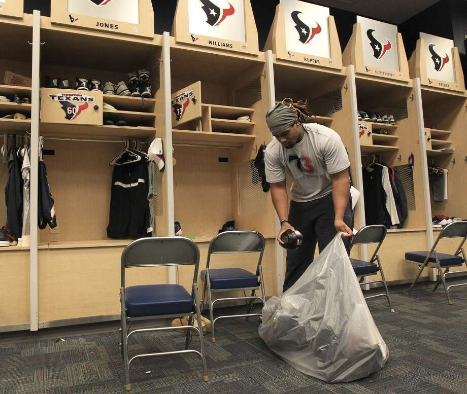 Texans offensive tackle Brennan Williams loads a bag full of his belongings as he and the other Texans players clean out their lockers after their 2-14 season. Photo: Karen Warren, Houston Chronicle