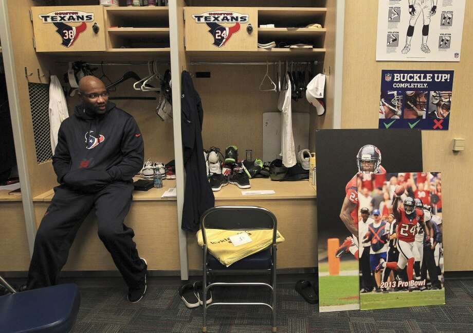 Texans strong safety Danieal Manning sits in his locker as he and the other Texans players clean out their lockers after their 2-14 season. Photo: Karen Warren, Houston Chronicle