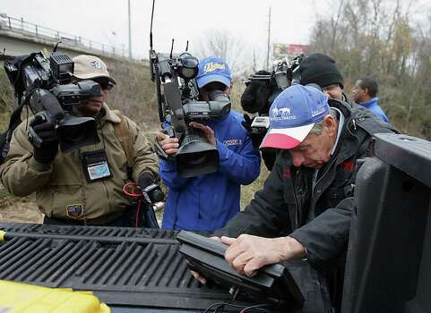 Texas EquuSearch founder Tim Miller right, looks over a sonar unit during the search for Melissa Sowders, Dec. 30, 2013, in Houston. Photo: James Nielsen, Houston Chronicle / © 2013  Houston Chronicle