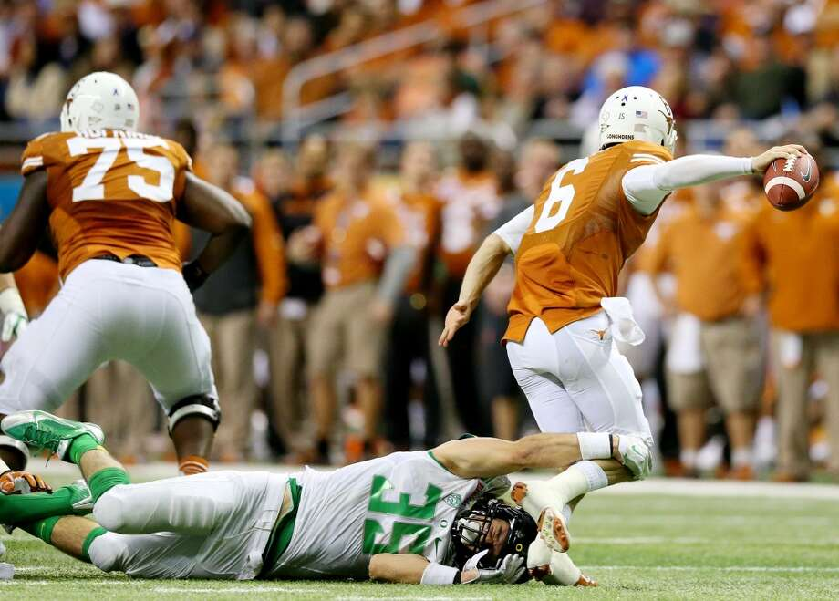 Linebacker Joe Walker #35 of the Ducks sacks Case McCoy. Photo: Ronald Martinez, Getty Images