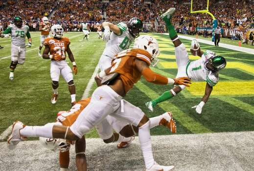 Ducks wide receiver Josh Huff (1) flies into the end zone in last seconds of the second quarter to make the score 20-7. Photo: Thomas Booyd, Associated Press