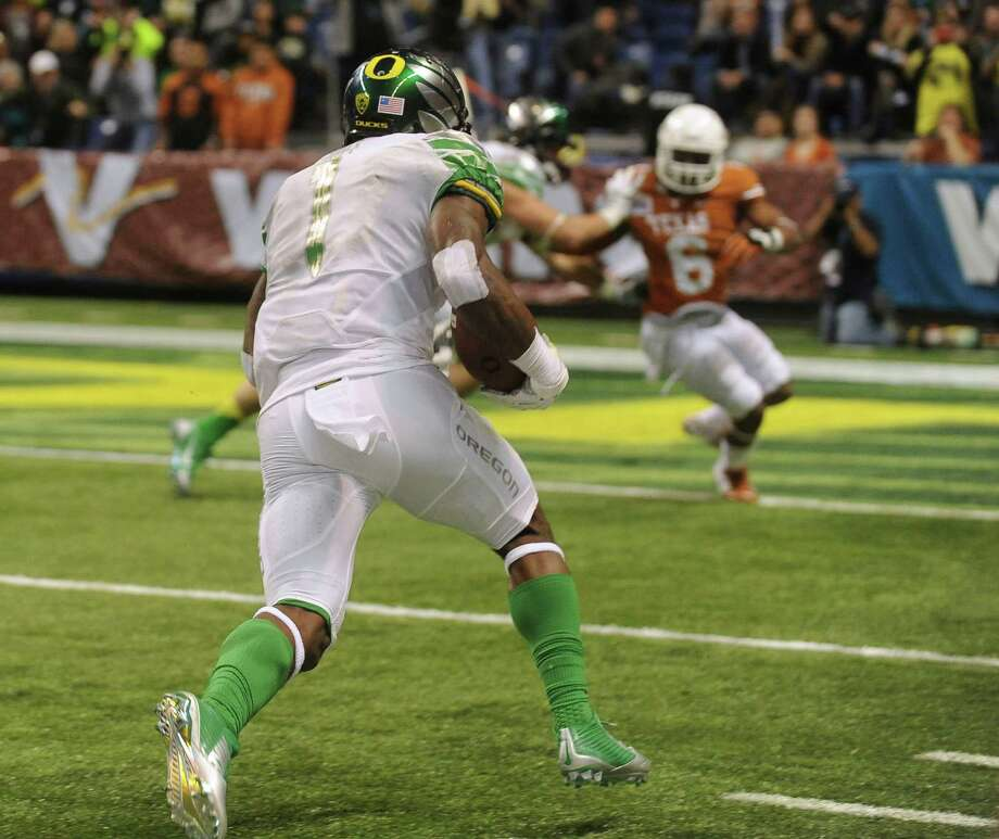 Oregon receiver Josh Huff runs for a touchdown during the Valero Alamo Bowl in the Alamodome on Monday, Dec. 30, 2013. Photo: Billy Calzada, San Antonio Express-News / San Antonio Express-News