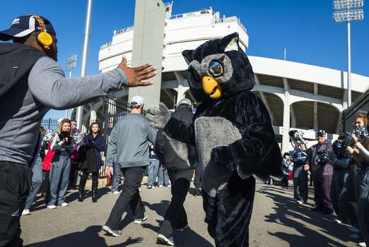 Rice mascot Sammy greats the Owls football team as they arrive at the stadium for the 55th AutoZone Liberty Bowl. Photo: Smiley N. Pool, Houston Chronicle
