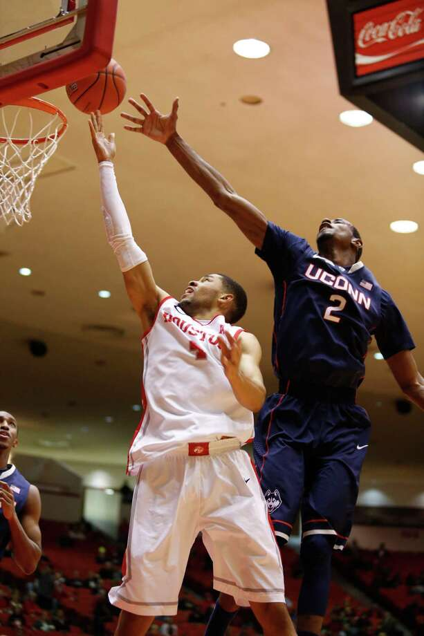 Houston guard LeRon Barnes (4) drives past UConn forward DeAndre Daniels (2) in the first half during a basketball game between the University of Houston and the University of Connecticut Dec. 31, 2013 in Houston. Photo: Eric Kayne, For The Chronicle / Eric Kayne