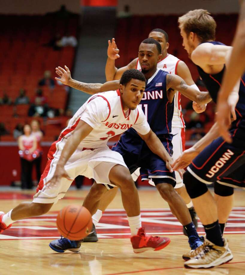 Houston guard Jaaron Simmons (3) drives the ball in the second half during a basketball game between the University of Houston and the University of Connecticut Dec. 31, 2013 in Houston. Houston won 75-71. Photo: Eric Kayne, For The Chronicle / Eric Kayne
