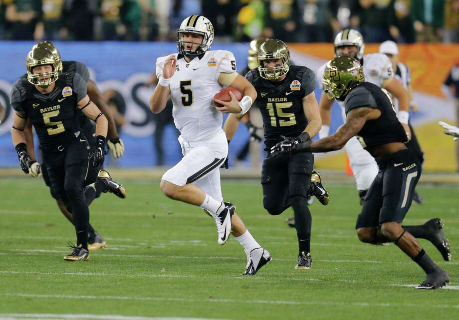 Central Florida quarterback Blake Bortles (5) runs as Baylor linebacker Eddie Lackey, left, and linebacker Brody Trahan (15) pursue during the first half of the Fiesta Bowl NCAA college football game, Wednesday, Jan. 1, 2014, in Glendale, Ariz.  (AP Photo/Matt York) Photo: Matt York, Associated Press / AP