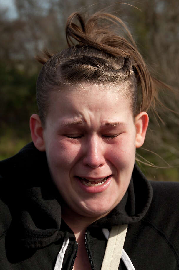 Amber Newsom, reacts as she talks about her sister, Melissa Sowders, near the scene where Sowders went missing December 26, Thursday, Jan. 2, 2014, in Houston. Texas EquuSearch found the body of a woman they believe is Sowders. She is two months pregnant and the mother of four. Photo: Cody Duty, Houston Chronicle / © 2013 Houston Chronicle