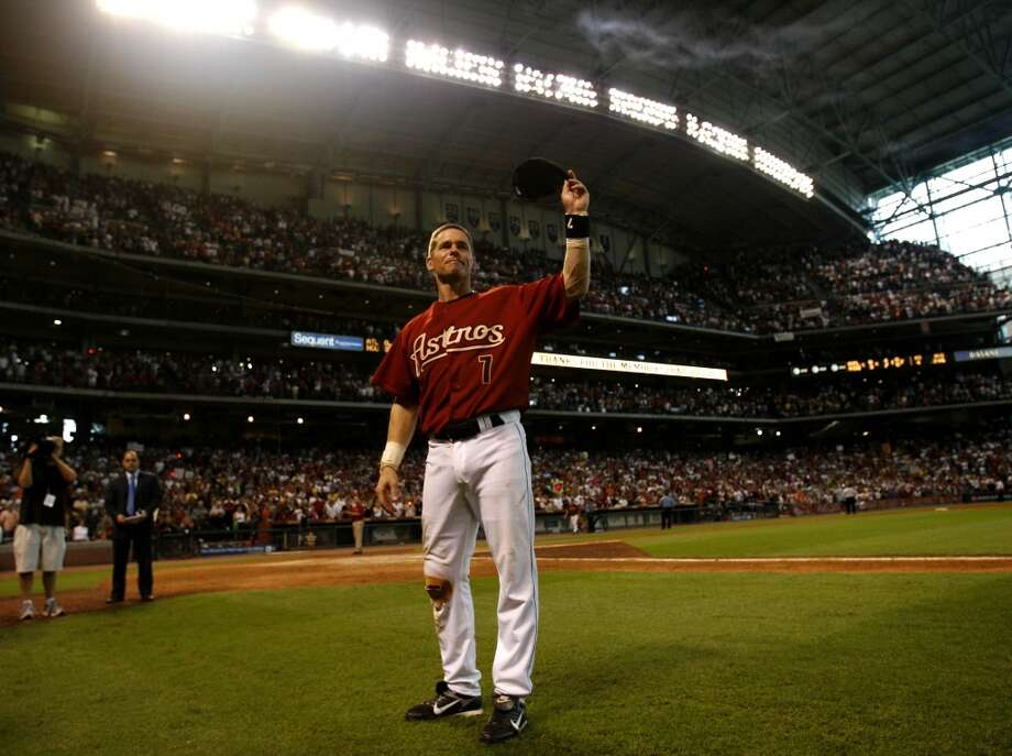 Craig Biggio waves to the crowd after his final game of his career, after the Astros won against the Atlanta Braves, Sunday, Sept. 30, 2007.  This the final game of the season for the Astros, and Craig Biggio's last game of his career.  ( Karen Warren / Chronicle) Photo: Houston Chronicle
