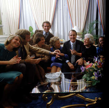 Vice Pres. Bush (3R) w. his family (L-R) wife of son Neil, son Neil, daughter-in-law Laura, son George W., Mrs. Prescott Bush, mother of George H.W., Mrs. Barbara Bush & daughter Dorothy. Photo: Dirck Halstead, Time & Life Pictures/Getty Image / Time Life Pictures
