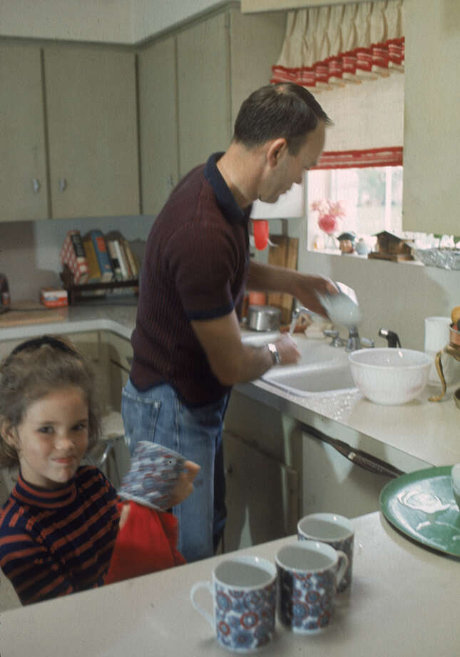 American astronaut Michael Collins and his daughter Ann wash and dry dishes in the kitchen of their Houston home in 1969. Photo: Ralph Morse, Time & Life Pictures / Time & Life Pictures