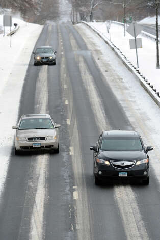 Traffic moves along the Merritt Parkway following an overnight snowfall in Stratford, Conn., Jan. 3, 2014. Photo: Ned Gerard / Connecticut Post