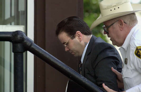 Tommy Lynn Sells (center) is escorted into the Val Verde Justice Center by a sheriff's officer on Sept. 13, 2000. Sells, who claims to have killed dozens of people, is on trial in Del Rio for the rape and murder of 13-year-old Kaylene Harris. Photo: GLORIA FERNIZ, San Antonio Express-News / SAN ANTONIO EXPRESS-NEWS