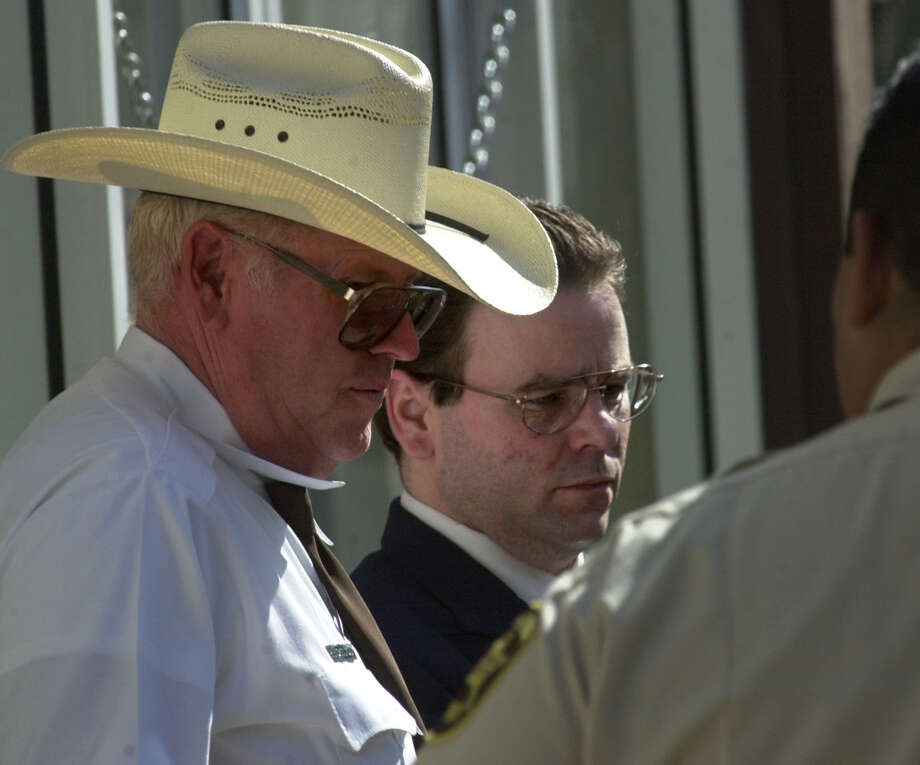 Tommy Lynn Sells (center) is escorted out of the Val Verde Justice Center by sheriff's officials on Sept. 12, 2000. Sells, who claims to have killed dozens of people, is on trial in Del Rio for the rape and murder of 13-year-old Kaylene Harris. Photo: GLORIA FERNIZ, San Antonio Express-News / SAN ANTONIO EXPRESS-NEWS
