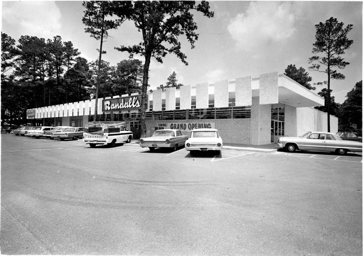 The seventh Randalls Supermarket in the Houston area opens at 1804 W. 43rd.