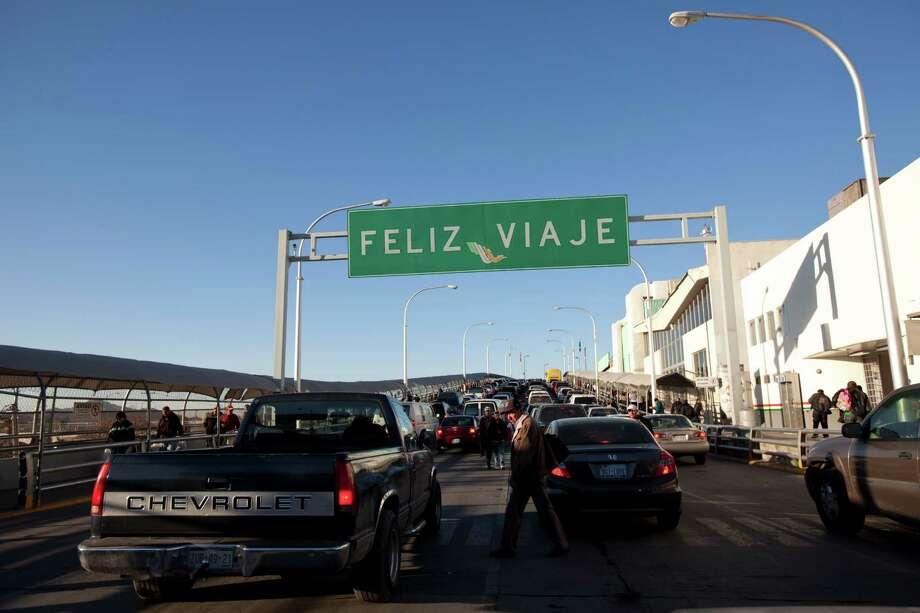 Vehicles line up to cross the Paso del Norte Bridge from Ciudad Juarez, Mexico, to El Paso. Photo: Ivan Pierre Aguirre, STR / AP
