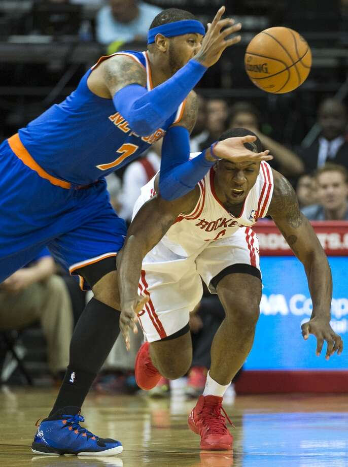 Knicks small forward Carmelo Anthony takes a loose ball away from Rockets power forward Terrence Jones. Photo: Smiley N. Pool, Houston Chronicle