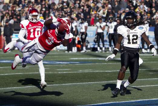 UH receiver Demarcus Ayers dives in for a touchdown against Vanderbilt. Photo: Cody Duty, Houston Chronicle