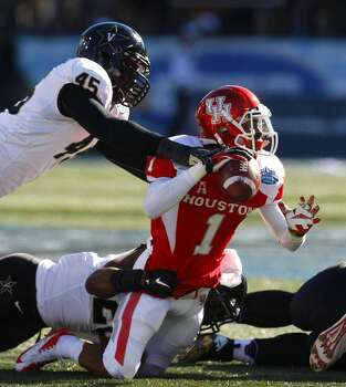 UH quarterback Greg Ward Jr. is sacked against Vanderbilt. Photo: Cody Duty, Houston Chronicle