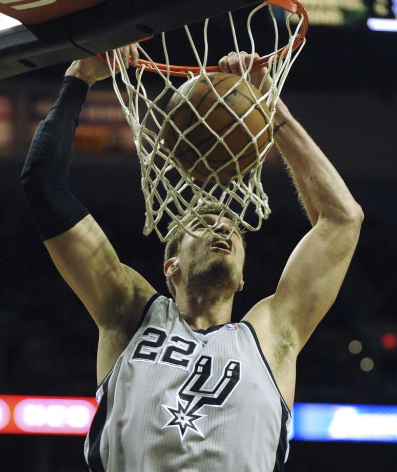 Tiago Splitter of the San Antonio Spurs dunks the ball during first-quarter NBA action in the AT&T Center against the Los Angeles Clippers on Saturday, Jan. 4, 2014. Photo: Billy Calzada, San Antonio Express-News