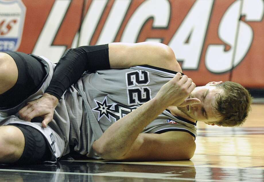 Tiago Splitter of the San Antonio Spurs lies on the court after suffering a sprained shoulder against the Los Angeles Clippers on Saturday, Jan. 4, 2014. Photo: San Antonio Express-News