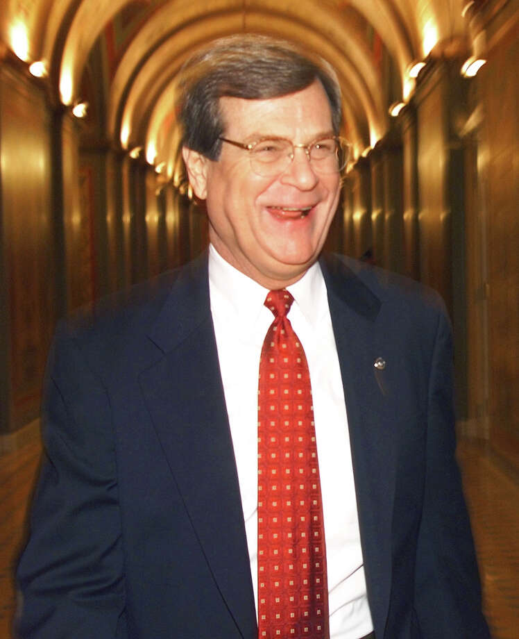 US Senator Trent Lott (R-MS) walks the halls of the US Senate shortly before the start of the 14 January impeachment trial of US President Bill Clinton. Judiciary committee chairman and chief prosecutor Henry Hyde will open the trial. Photo: TIM SLOAN, AFP/Getty Images / AFP