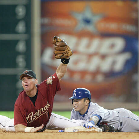 Craig Biggio, left, brought the gritty style of a catcher with him to second base while playing the position well enough to earn four Gold Gloves. Photo: Karen Warren, STAFF / HOUSTON CHRONICLE