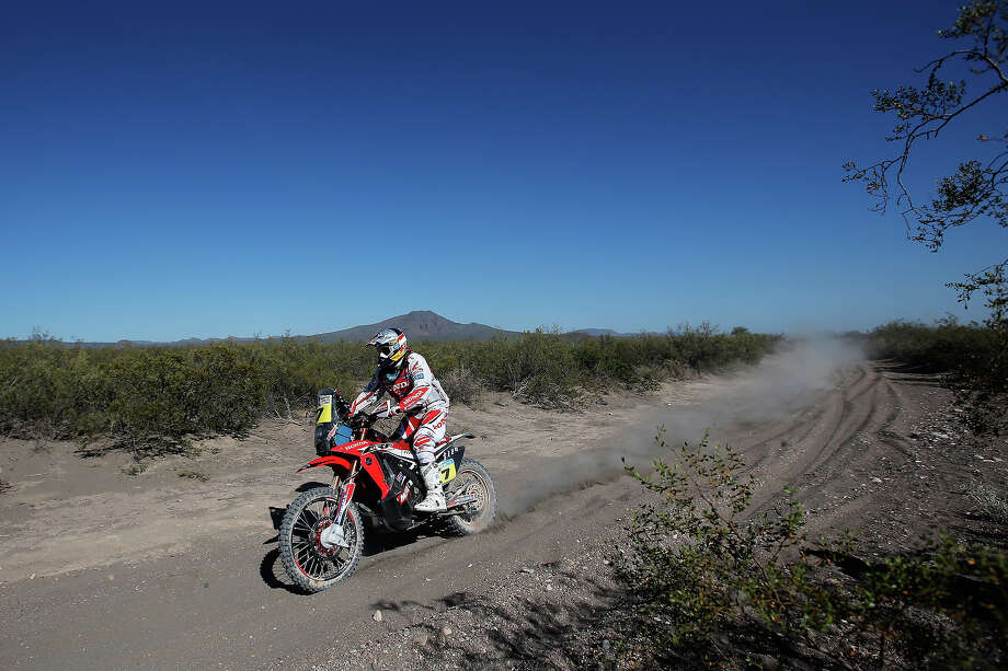 Helder Rodrigues of Portugal on the Honda HRC Rally competes on Day 2 of the Dakar Rally 2014 on January 6, 2014 near the Dunes of Nihuil, Argentina. Photo: Dean Mouhtaropoulos, Getty Images / 2014 Getty Images
