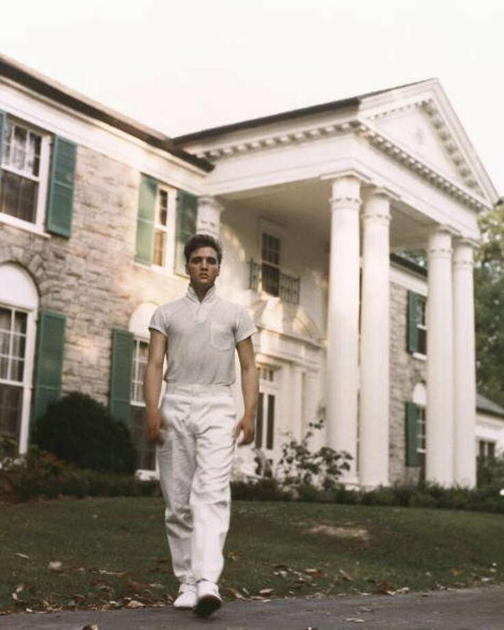 CIRCA 1957: Tennessee, Memphis, Elvis Presley at his home Graceland.  (Photo by Michael Ochs Archives/Getty Images)
