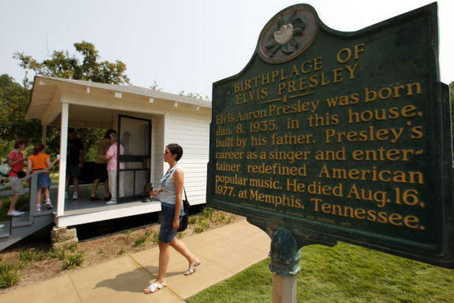 Fans visiting to birthplace of Elvis Presley (Photo STAN HONDA/AFP/Getty Images) (AFP/Getty Images)