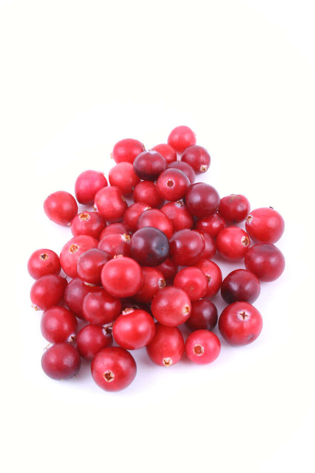pile of fresh cranberries isolated on white Photo: Monika Adamczyk / handout / stock agency