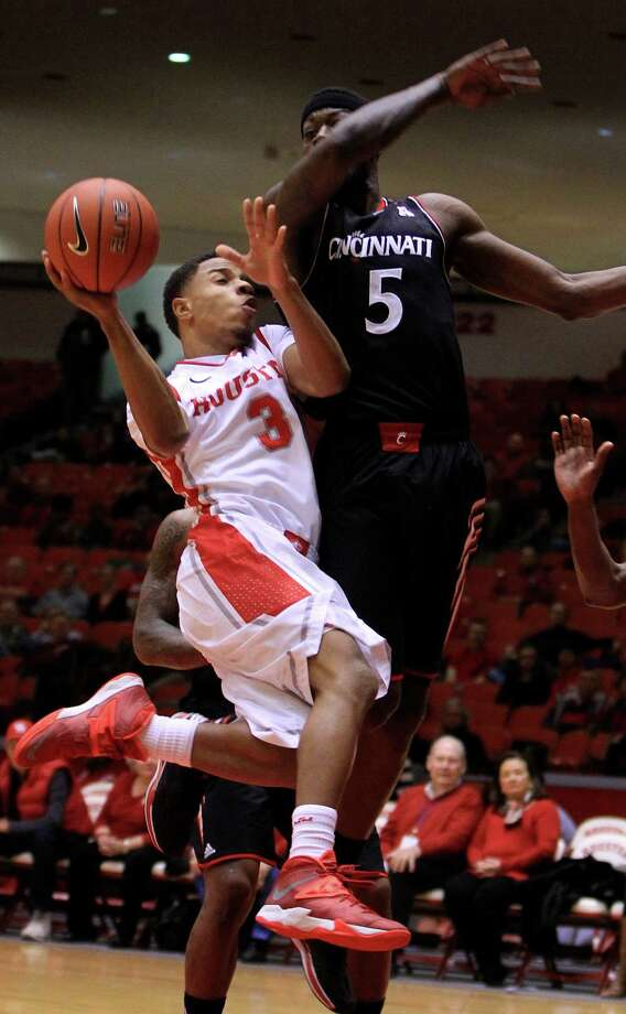 Houston Cougars guard Jaaron Simmons (3) runs into Cincinnati Bearcats forward Justin Jackson (5) on the way to the basket during the first half of a college basketball game at Hofheinz Pavilion, Tuesday, Jan. 7, 2014, in Houston. Photo: Karen Warren, Houston Chronicle / © 2013 Houston Chronicle
