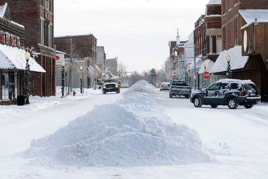 Snow sits in piles in the middle of Harrison Street in downtown Alexandria, Ind., on Tuesday, Jan. 7, 2014. Photo: Don Knight, ASSOCIATED PRESS / AP2014
