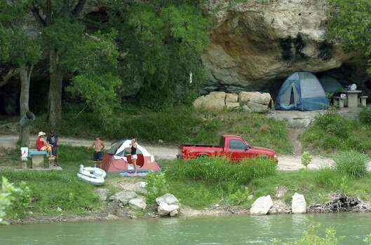 METRO  Campers set up on the banks of the Guadalupe, some of the tents going in to sheltering caves near Huaco Falles  Thursday.  AMY PRICE AND STEVE PRICE WITH KIDS ALSO TUBING PREPARATION ON GUADALUPE RIVER   TOM REEL/STAFF   MAY 26, 2005. Photo: TOM REEL, SAN ANTONIO EXPRESS-NEWS / San Antonio Express-News