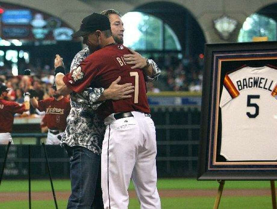 Jeff Bagwell embraces Craig Biggio. Photo: Mayra Beltran, Houston Chronicle