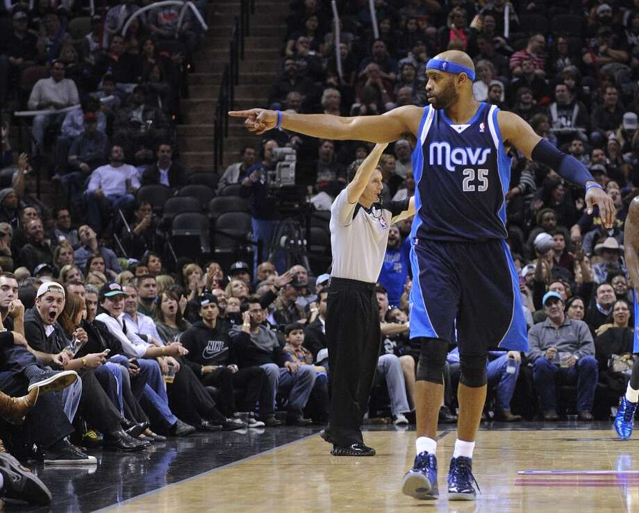 Vince Carter of the Dallas Mavericks gestures to the crowd after hitting a long-distance three-point shot to end the third quarter during second-half NBA action against the San Antonio Spurs at the AT&T Center on Wednesday, Jan. 8, 2014. Photo: Billy Calzada, San Antonio Express-News