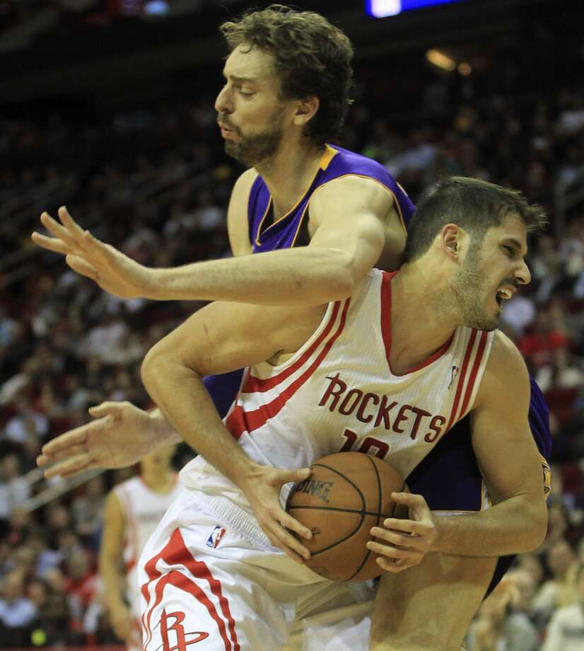 Rockets small forward Omri Casspi (18) gets an elbow from Lakers center Pau Gasol. Photo: Karen Warren, Houston Chronicle