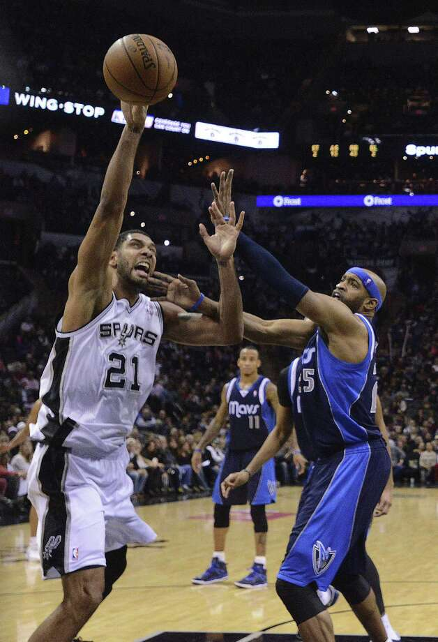 Tim Duncan (left) goes up against Vince Carter during the Spurs' seventh win in a row over the Mavericks. Photo: Billy Calzada, San Antonio Express-News / San Antonio Express-News