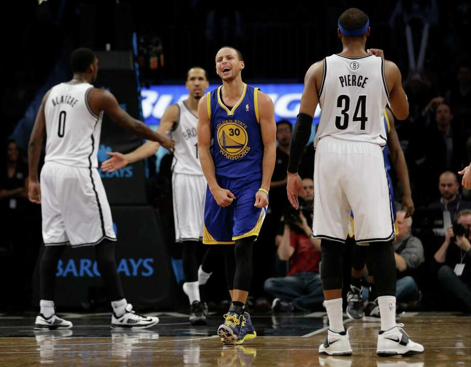 The Warriors' Stephen Curry disagrees with a foul call. Photo: Frank Franklin II, STF / AP