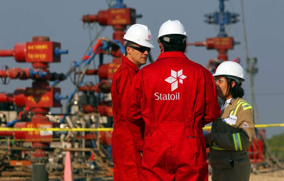 Helge Lund (left), CEO of Norwegian energy company Statoil, speaks with Statoil  Joint Venture Manager Cesar Alvarez (facing away) and Talisman Energy Frac Specialist Nabila Larsen (right) at a Talisman Energy fracking site near Cotulla, Texas. Photo: JOHN DAVENPORT, SAN ANTONIO EXPRESS-NEWS