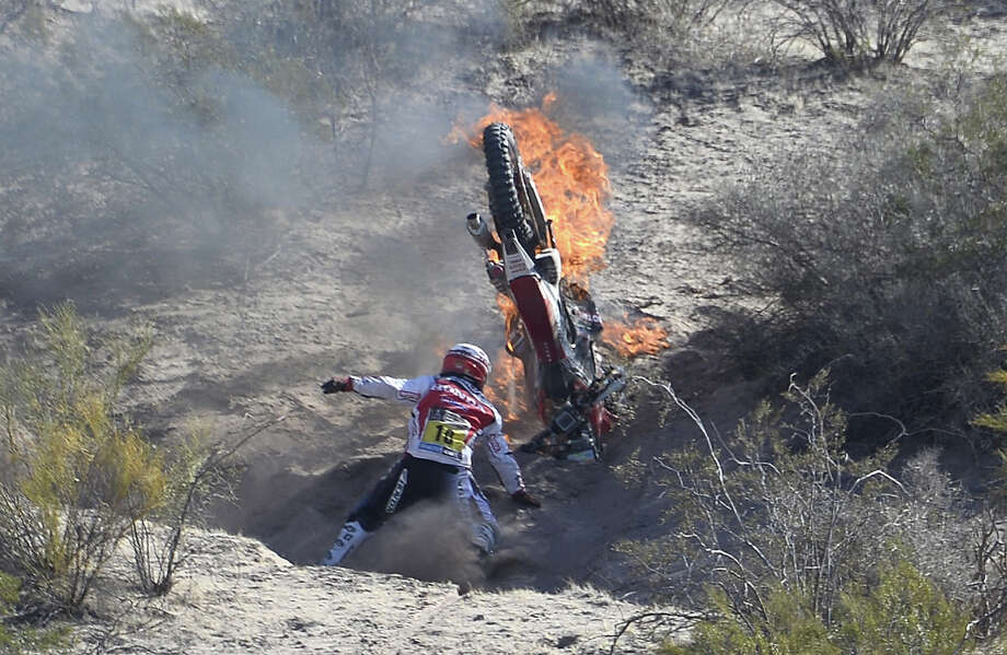 Portuguese Paulo Goncalves raises his Honda on fire during the Stage 5 of the Dakar 2014 between Chilecito and Tucuman, Argentina, on January 9, 2014. Photo: FRANCK FIFE, AFP/Getty Images / 2014 AFP