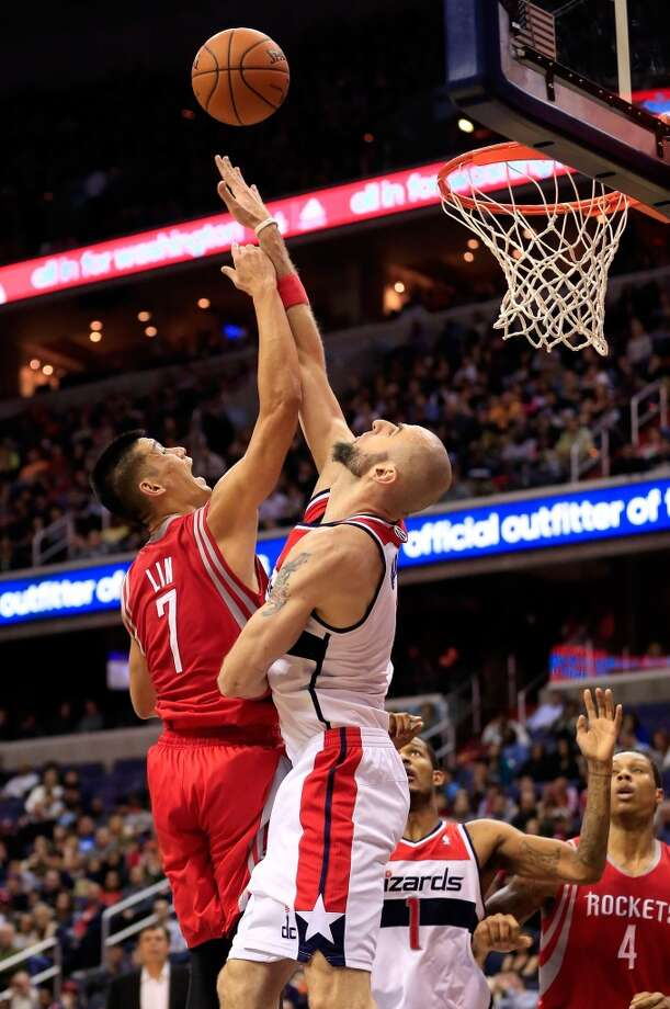 Jeremy Lin #7 puts up a shot over Marcin Gortat. Photo: Rob Carr, Getty Images