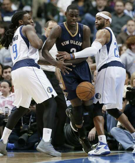 The Mavericks' Jae Crowder (left) and Vince Carter team to strip the ball from the Pelicans' Anthony Morrow during the first half of Dallas' 110-107 victory. Photo: Tony Gutierrez / Associated Press / AP