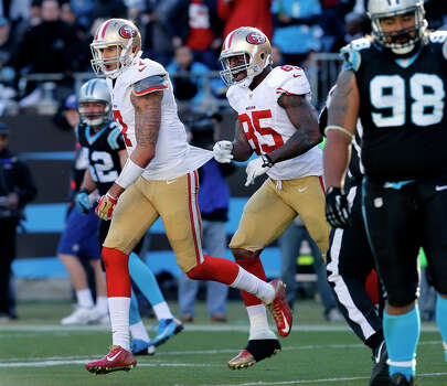 Vernon Davis (middle) said he likes what he has seen from Colin Kaepernick (left) recently. Photo: Brant Ward / The Chronicle / ONLINE_YES