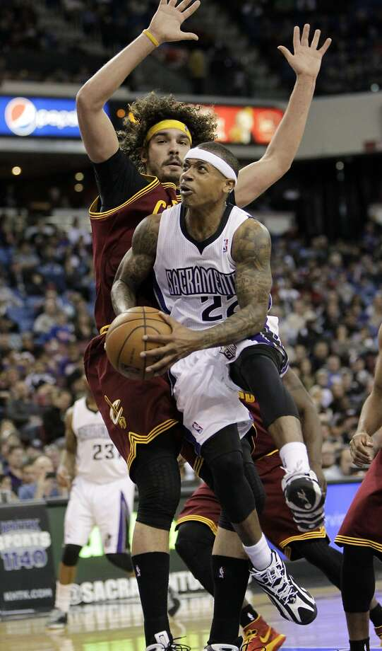 Sacramento guard Isaiah Thomas drives to the basket against Cleveland center Anderson Varejao. Photo: Rich Pedroncelli, Associated Press